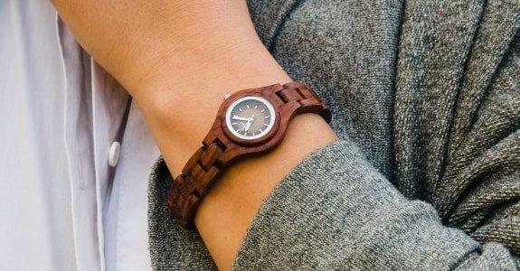 Armbanduhr am arm damen  TENSE Holzuhren | Premium Armbanduhren aus Kanada | Qualität seit ...